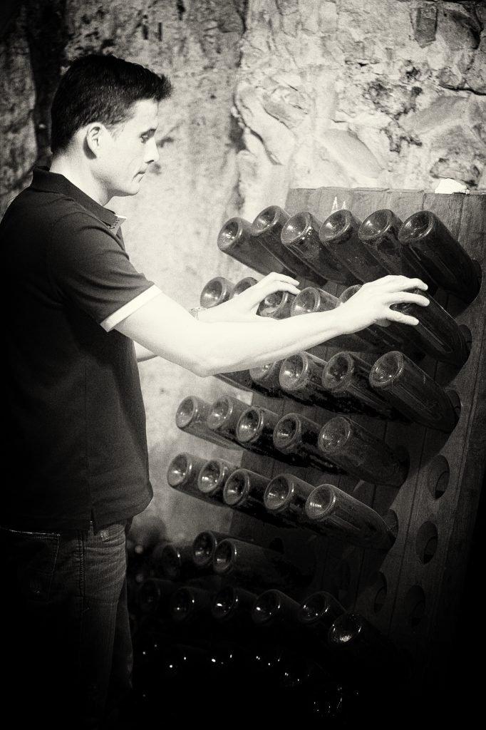 Opération de remuage sur tablier Champagne Bukaczewski-Collet